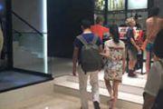网友遇刘强东奶茶妹妹挽手逛街:两人超害羞[图]