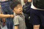 北京地铁小男孩被残疾男子拖住 跪地上乞讨[多图]