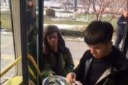 搞笑视频:乞丐公交车门旁讨钱,竟反被坑