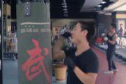 搞笑视频:娘炮大战肌肉男,没想到结果竟然.